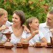 Happy family drinking tea — Stockfoto