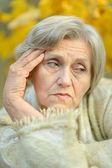 Donna anziana pensando — Foto Stock