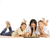 Famiglia giocando a scacchi — Foto Stock