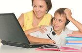 Matka i syn studiuje razem — Zdjęcie stockowe