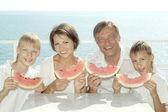 семья, едят арбуз — Стоковое фото