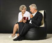 Vacaciones celebrando pareja de ancianos — Foto de Stock