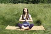 幸せな夏の公園でかわいい女の子の瞑想 — ストック写真