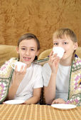 Veselá chlapci pití čaje — Stock fotografie