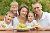 Rodzina jeść owoce na zewnątrz — Zdjęcie stockowe