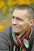 Aantrekkelijke man in de herfst — Stockfoto