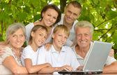 Família com laptop na natureza — Foto Stock