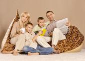 Família de quatro se divertindo — Foto Stock