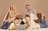 开心的四人家庭 — 图库照片