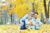 Família feliz no parque — Foto Stock
