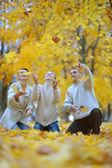 Linda família jogue folhas de outono — Foto Stock
