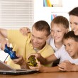 Family with laptop — Stockfoto