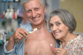 Senior couple with toobrushes — Stock Photo