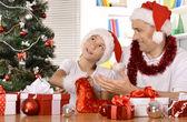Vader en zoon Nieuwjaar vieren — Stockfoto