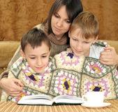 Uma mãe muito caucasiana com seu filho sentado no sofá — Foto Stock