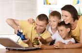 Família com laptop — Foto Stock