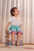 本の杭の上に座って白人少女 — ストック写真