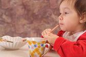 Petite fille mangeant — Photo