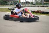 Dospívající chlapec sedí v motokáře na venkovní trati — Stock fotografie