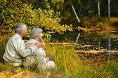 Пожилая пара, проведения времени на открытом воздухе в парке — Стоковое фото
