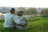 Casal de idosos sentados na natureza outono — Foto Stock
