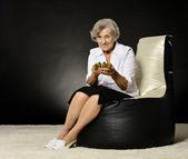 Женщина играет видео игры — Стоковое фото