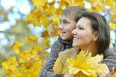 Mamma med sin son i parken — Stockfoto