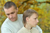 Otec a syn v parku — Stock fotografie