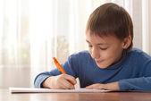 本を読んで小さな男の子 — ストック写真