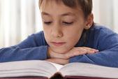 Malý chlapec s knihou — Stock fotografie