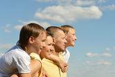 Dört gökyüzü üzerinde güzel aile — Stok fotoğraf