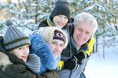 Mutlu bir aile kış açık havada — Stok fotoğraf