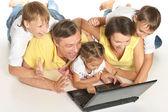 Dizüstü bilgisayar ile aile — Stok fotoğraf