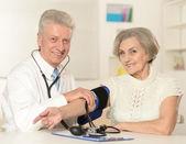Race blanche âgés de docteur avec une patiente âgée — Photo