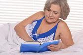 Mujer mayor descansando en la habitación — Foto de Stock