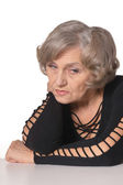 Yaşlı bir kadın oturuyor — Stok fotoğraf