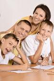 Masanın üzerinde aile — Stok fotoğraf