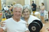 Starší pár v tělocvičně — Stock fotografie