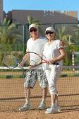 Пожилые супружеские пары, играть в теннис — Стоковое фото