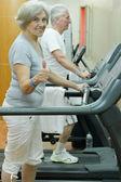 Pareja de ancianos en un gimnasio — Foto de Stock