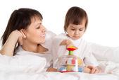 彼女の娘と一緒に遊んで美しい白人の母にする — ストック写真