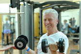 Elderly man in a gym — Stockfoto