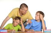 Hacer la tarea con el padre de los niños — Foto de Stock