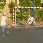couple de personnes âgées jouant au football — Photo