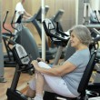 Senior Frau im Fitness-Studio — Stockfoto