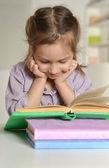 Vacker flicka med en bok — Stockfoto