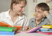 Två bröder gör läxor — Stockfoto