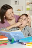 Mamma att hjälpa hennes son — Stockfoto