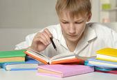 少年は宿題をしてください。 — ストック写真