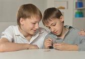 Deux garçons jouent avec constructeur — Photo